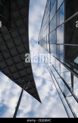 Vista en ángulo bajo de la Deutsche Post Tower, Bonn, Renania del Norte-Westfalia, Alemania
