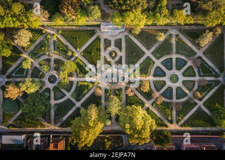Vista aérea de arriba hacia abajo de los Jardines Botánicos de Ajuda al amanecer en Lisboa, Portugal.