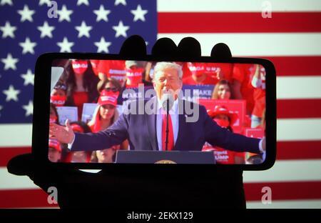 En esta ilustración, el presidente estadounidense Donald Trump vio hablar durante un mitin de campaña en el aeropuerto Phoenix Goodyear en Goodyear, Arizona, en una emisión en directo que se mostraba en una pantalla de teléfono inteligente. (Foto de Pavlo Gonchar / SOPA Images/Sipa USA) Foto de stock
