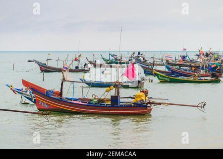 Koh Samui, Tailandia - 2 de enero de 2020: Barcos de pesca de cola larga atracados cerca de la playa de Thong Krut en un día