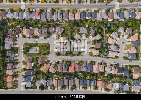 Vista aérea de arriba hacia abajo de las casas y calles en el hermoso barrio residencial durante la temporada de otoño en Calgary, Alberta, Canadá.