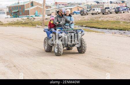 Familia en quad en Pond Inlet, Mittimalakit, Nunavut, Isla de Baffin
