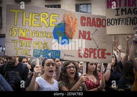 Los manifestantes sostienen pancartas en defensa de la emergencia climática durante la manifestación. Más de 1000 estudiantes, convocados por la Unión de estudiantes, han apoyado la primera manifestación con motivo de la huelga mundial por el clima. La manifestación ha recorrido el centro de Barcelona. (Foto de Paco Freire / SOPA Images/Sipa USA)