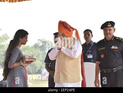 GURUGRAM, INDIA - OCTUBRE 15: El Ministro del Interior de la Unión Amit Shah rinde homenaje a un miembro de la familia de un comando martirizado durante el 35º día de la recaudación del NSG en el campus de NSG Manesar, el 15 de octubre de 2019 en Gurugram, India. La Guardia Nacional de Seguridad (NSG), conocida popularmente como los Black Cats, fue levantada en 1984 para combatir las actividades terroristas y los disturbios internos. También se encarga de la seguridad VIP. (Foto de Sanjeev Verma/Hindustan Times/Sipa USA)
