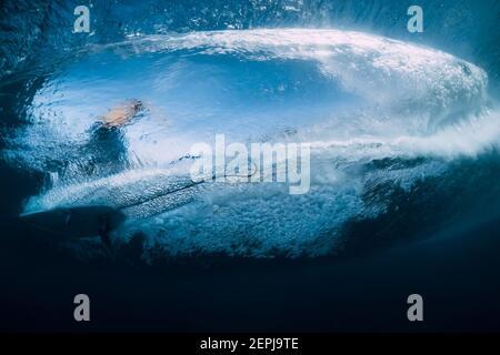 Ola con surfista bajo el agua. Surfista paseo en ola, vista desde el agua