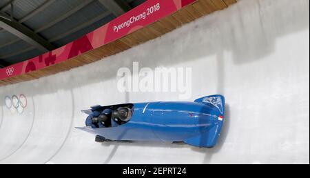 7 de febrero de 2018; Pyeongchang, KOR; Team France bobsled pilotado por Romain Heinrich, pasa por turno catorce durante una sesión de entrenamiento en el Centro Olímpico de Sliding antes de los Juegos Olímpicos de Invierno de PyeongChang 2018. Crédito obligatorio: Eric Seals/USA TODAY Deportes/Sipa USA