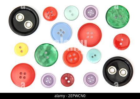 Conjunto de botones de costura de diferentes colores, cortados y aislados sobre fondo blanco