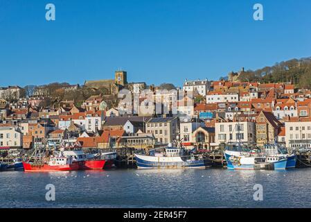 Paisaje vista panorámica de la costa de la ciudad costera frente al puerto con iglesia medieval en la colina y los barcos de pesca