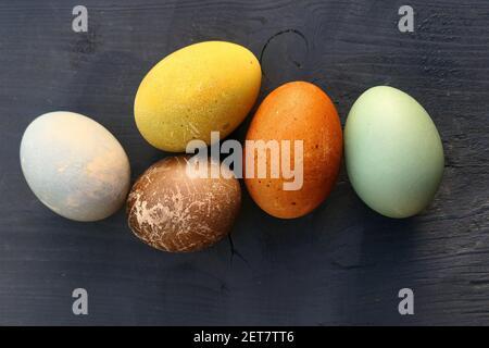 Huevos de Pascua naturales teñidos sobre fondo de madera. Colorida colección de huevos de Pascua.
