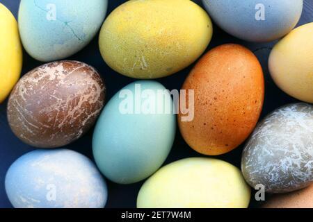 Huevos de Pascua colección de colores. Natural teñido huevos de Pascua fondo.