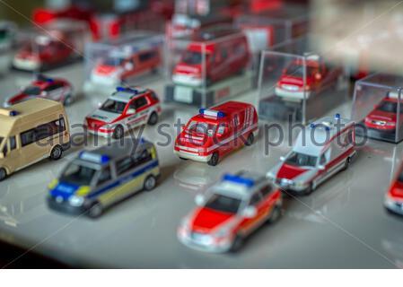 Guayaquil, Provincia de Guayas, Ecuador - Noviembre, 2013: Antiguas réplicas de camiones pequeños de bomberos del pasado en exhibición en el Museo de Bomberos.