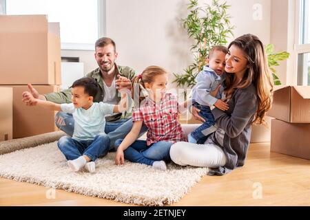 Recién se mudó en familia relajándose en casa nueva mientras hacía un descanso