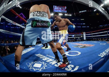 16 de septiembre de 2017; las Vegas, NV, EE.UU.; Joseph Diaz (troncos azules claros) y Rafael Rivera (troncos azules reales) durante su combate en T-Mobile Arena. Crédito obligatorio: Joe Camporeale-USA HOY Deportes