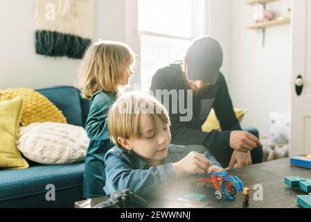 un pequeño y experto jugando con juguetes de construcción en la familia habitación