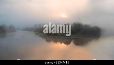 Ambiente invernal del amanecer en el delta del Sauer, la reserva natural del delta del Sauer, la orilla del Rin, Munchhausen, Alsacia, Francia