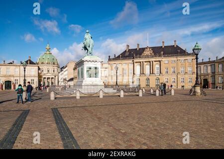 23 Septiembre 2018:Copenhague, Dinamarca - turistas que visitan la Plaza Amalienborg, con el Palacio Real, la estatua ecuestre de Frederik V, y th