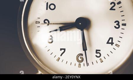 El reloj antiguo del dial muestra las ocho y media de la mañana. El tiempo de movimiento rápido y el pasado. Recuerdos.