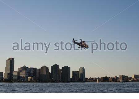 New York City Police Department Harbor Unit helicóptero en el Río Hudson en el puerto de Nueva York Nueva York Estados Unidos (Foto de Sergi Reboredo/Sipa USA) Foto de stock