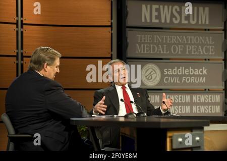 1 de diciembre de 2008 - Washington, DC - el presidente de EE.UU. George W. Bush participa en el Foro Civil Saddleback sobre Salud Global en el Newseum con Rick Warren, de izquierda, en Washington, D.C., el lunes, 1 de diciembre de 2008. Crédito de la foto: Mannie Garcia/Pool/Sipa Press/0812011910