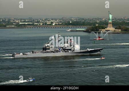 20 Mayo 2009 - Nueva York, NY - el crucero guiado con misiles USS Vella Gulf (CG 72) transita por el río Hudson durante el Desfile de Barcos como parte de la Semana de la flota Ciudad de Nueva York 2009. Aproximadamente 3.000 marineros, infantes de marina y guardacostas participarán en la conmemoración de la Semana de la flota de Nueva York en 22nd. Este evento ofrecerá a los ciudadanos de la ciudad de Nueva York y el área tri-estatal circundante una oportunidad para conocer a los miembros del servicio y también ver las últimas capacidades de los servicios marítimos de hoy en día. Crédito de la foto: David Danals/EE.UU. Navy/Sipa Press/0905211749