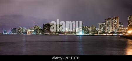 Noche de Honolulu Hawaii Waikiki Skyline Isla Oahu