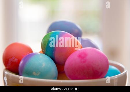 Primer plato de huevos de Pascua de colores brillantes en juego