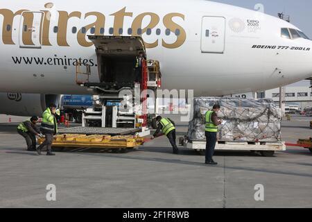 Kabul, Afganistán. 8th de marzo de 2021. Los trabajadores del aeropuerto descargan las vacunas COVID-19 de COVAX, un programa internacional diseñado para ayudar a los países de ingresos bajos y medianos a tener más acceso a las vacunas COVID-19, en el Aeropuerto Internacional Hamid Karzai en Kabul, capital de Afganistán, el 8 de marzo de 2021. Crédito: Sayed Mominzadah/Xinhua/Alamy Live News