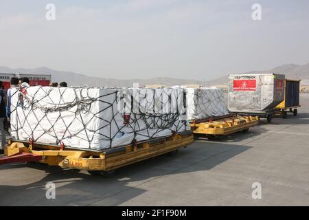 Kabul, Afganistán. 8th de marzo de 2021. La foto tomada el 8 de marzo de 2021 muestra las vacunas COVID-19 de COVAX, un programa internacional diseñado para ayudar a los países de ingresos bajos y medianos a tener más acceso a las vacunas COVID-19, llegando al Aeropuerto Internacional Hamid Karzai en Kabul, capital de Afganistán. Crédito: Sayed Mominzadah/Xinhua/Alamy Live News