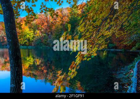 Hermoso paisaje otoñal en el Parque Plitvice Jezera, Croacia