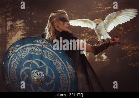 Guerrero, hermosa lechuza blanca, Viking mujer rubia con escudo y espada, trenzas en su cabello.