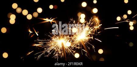 Sparkler sobre fondo negro, quemando fuego sparkler. Feliz año nuevo y feliz concepto de Navidad.