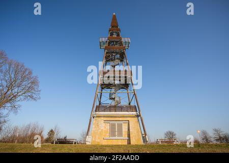 Torre de observación Cizovka es bastante nueva torre ner Cesky Raj - Paraíso Checo. Clima soleado con cielo despejado.