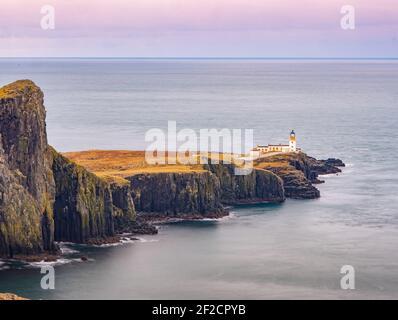 Acantilados y faro de Neist Point, Escocia. Isla de Skye durante la mañana de primavera. Es el lugar popular para los amantes de los viajes Foto de stock