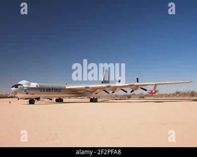 B-36 bombardero de la era de la Guerra Fría del Pima Air & Space Museum en Tuscon, Arizona, en exhibición en el exterior.