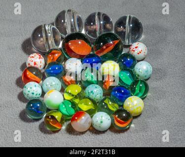 colección de varios tipos y tamaños de mármoles agrupados
