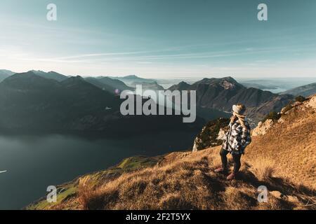 Frau schaut auf den Vierwaldstättersee - Herbst GRATWANDERUNG KLINGENSTOCK nach FRONALPSTOCK - Stoos (Schwyz) - Schweiz