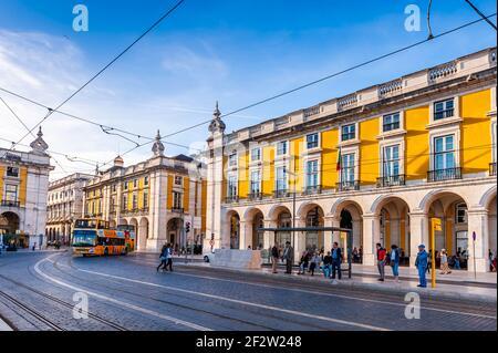 La calle Arsenal y su tráfico y fachadas en Lisboa en Portugal