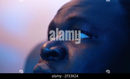 Primeros ojos de hombre negro en shock sacudiendo su cabeza. Foto de alta calidad