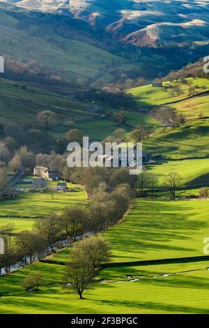 Pintoresco pueblo de Dales (casas de campo y granjas) y el río Wharfe, situado por las colinas y laderas en el valle empinado - Hubberholme, Yorkshire, Inglaterra, Reino Unido