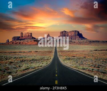 ARTE DE VIAJE: Autopista 163 a través de Monument Valley, Arizona/Utah, EE.UU Foto de stock