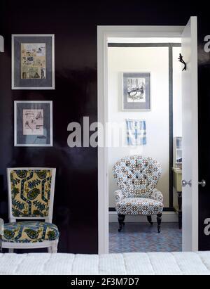 Sillas cubiertas de tela estampada en casa residencial, Reino Unido