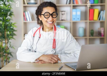 Médico que ayuda al paciente vía telesalud hacer videollamada