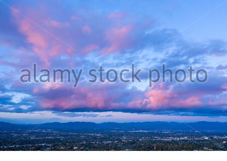 Vista aérea de las nubes de puesta de sol se volvió rosa en el Valle de San Fernando - Woodland Hills, los Angeles, California, Estados Unidos (EE.UU.)