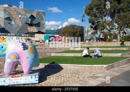 Melbourne Federation Square centro de la ciudad en un soleado día de otoño Con Uoo Uoo escultura de la pista de arte, Melbourne, Victoria, Australia
