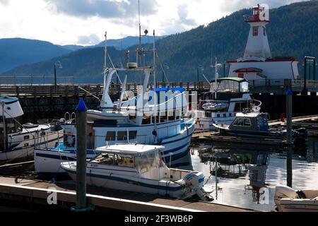 Vista del puerto deportivo de Port Alberni y del Centro de descubrimiento Marítimo, Port Alberni, Isla de Vancouver, Columbia Británica