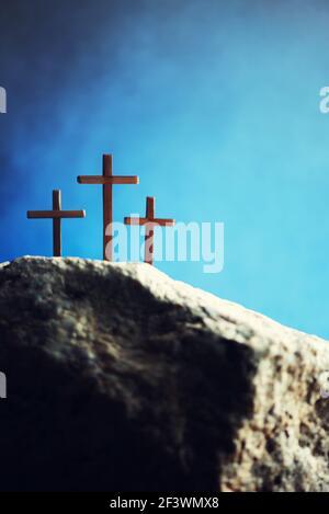 Silueta de tres cruces en la colina del Calvario, fondo azul. Crucifixión, resurrección de Jesucristo. Vacaciones de Pascua Cristiana, Gólgota. Resucitó