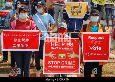Lashio, Estado de Shan del Norte, Myanmar. 23rd de febrero de 2021. Un manifestante de golpe antimilitar sostiene diferentes pancartas durante una manifestación pacífica contra el golpe militar.UNA multitud masiva tomó las calles de Lashio para protestar contra el golpe militar y exigió la liberación de Aung San Suu Kyi. El ejército de Myanmar detuvo a la Consejera de Estado de Myanmar Aung San Suu Kyi el 01 de febrero de 2021 y declaró el estado de emergencia mientras se apoderaba del poder en el país durante un año después de perder las elecciones contra la Liga Nacional para la Democracia crédito: Mine Smine/SOPA Images/ZUMA Wire/Alamy Live News