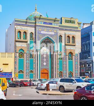 DUBAI, EAU - 8 DE MARZO de 2020: La vistosa fachada de estilo persa de la Mezquita Ali Ibn Abi Talib también famosa como Mezquita iraní y decorada con gam turquesa