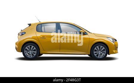Vista lateral de coche de berlina amarilla aislada sobre fondo blanco