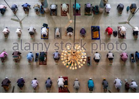 Miles de personas se reúnen para rezar en varios pisos de una de las mezquitas más grandes del mundo en Dhaka, Bangladesh.